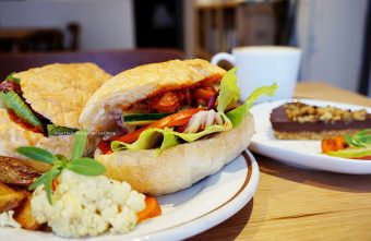 鬍丘Algernon Food Meet-使用蔥薑蒜的蔬食餐廳.可全素.公平貿易咖啡.地坊餐廳斜對面.巷子口是三嘴滷餐廳和小兒科診所