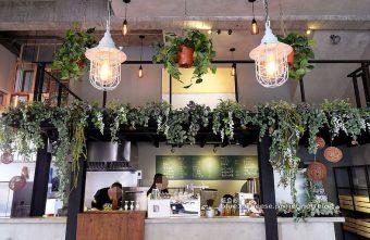 下町咖啡屋-日系風外觀.舊窗框搭垂墜式植物裡藏有貓頭鷹.木質簡約又帶點個性.咖啡冷泡茶飲.沙拉盒三明治.以外帶式為主