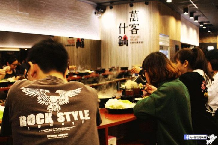 【台中美食】台中知名火鍋店 萬客什鍋/青海店 ,每天都爆滿人!!! 燒酒雞是必點的菜色之一!! 還有機會看到火焰秀喔!!!