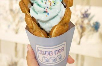 《台中♥食記》藍箱處 Blue Box - 分子冰淇淋雞蛋仔。台中最新IG打卡夢幻地點 藏身夜市裡的超美貨櫃屋,雞蛋仔上綻放著朵朵浪漫蝶豆花玫瑰!
