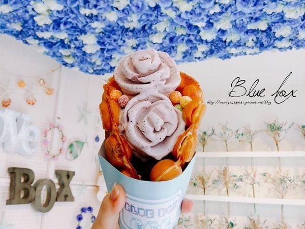 2017 08 06 205600 - 藍箱處 Blue Box - 分子冰淇淋雞蛋仔│一中商圈美食,IG最新打卡點,分子玫瑰花冰淇淋 X 香港雞蛋仔!!美美藍色玻璃屋,搭配藍白玫瑰花牆,美的讓人不要不要的~