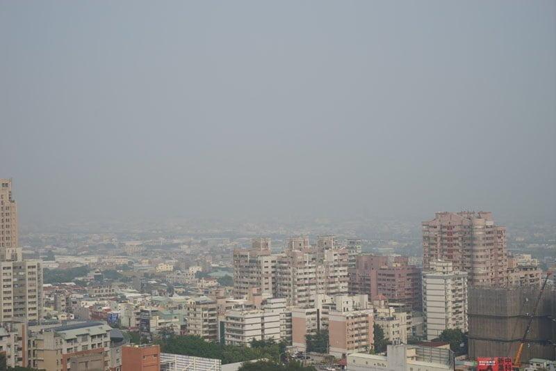 台中空污拉紅燈警報!PM2.5濃度飆升,空氣清淨機運轉不停,請台中民眾盡量減少在外活動