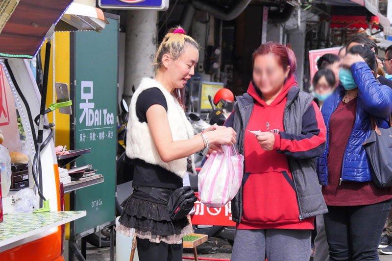 2017 12 13 140216 - 法拉利姐黑鮑魚香腸堡台中首賣來囉│一開張餐車外大排長龍,賣完為止