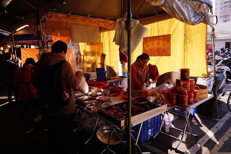 新光黃昏市場│門口處滷味攤,豬頭皮、鴨肝、泡菜大方試吃,火雞翅一隻70元