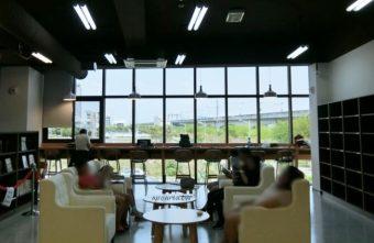 圖書館溪西分館│全台唯一可在館內看到高鐵奔馳的圖書館,綠能建築鄰溪望林,屋頂外觀像是一本攤開的書