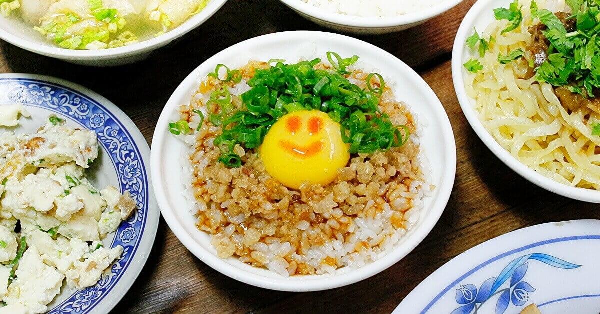 沙鹿拉仔麵,在懷舊的國小教室裡吃飯,月見豬油飯有可愛笑臉超療癒!