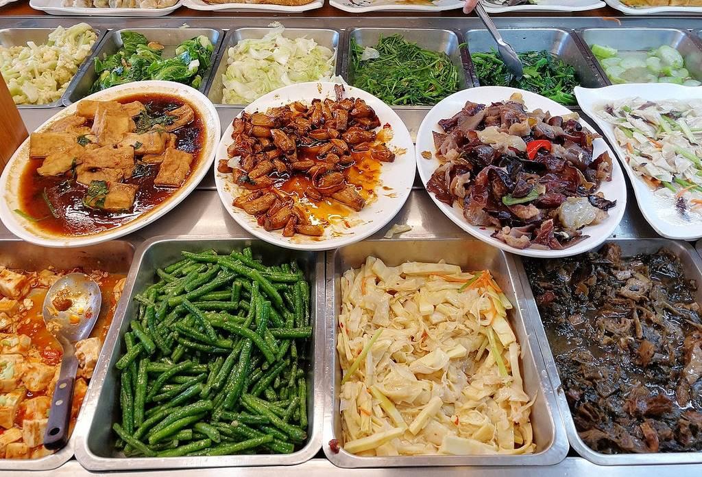 大甲清太健康素食自助餐,菜色選擇豐富秤重計價,靠近鎮瀾宮媽祖廟