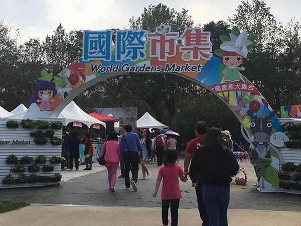 2018 12 03 231702 - 台中花博國際好農市集人潮爆多,用餐時刻便當超搶手