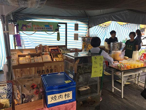 2018 12 03 231832 - 台中花博國際好農市集人潮爆多,用餐時刻便當超搶手