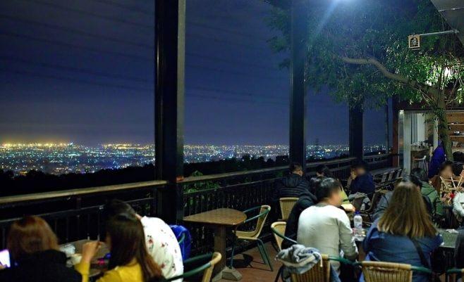 2018 12 18 215813 658x401 - 岳家莊夜景咖啡廳,超隱密遼闊夜景盡收眼底,還有多款桌遊讓你們玩到嗨!