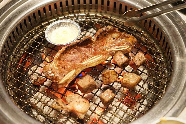2018 12 27 181702 - 熱血採訪│台中比臉大牛排吃到飽就在OhYaki-日式精緻炭火燒肉,沒預約可能會吃不到,深夜9點入場啤酒無限暢飲