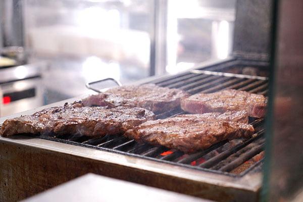 2019 01 03 163222 - 熱血採訪│台中60盎司巨無霸牛排就在黑牛炭火岩燒牛排,點套餐直接升級自助吧免費使用