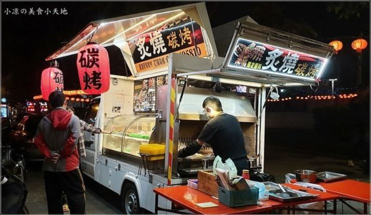 忠孝夜市美食│炙燒碳烤行動餐車,每周只營業四天、炭火現烤串燒、只要銅板價(綠蓋茶旁)