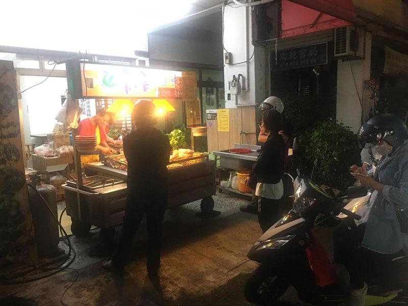 2019 11 26 224602 - 龍記滷味│營業到凌晨的滷味店,人氣爆高竟然是加花生醬