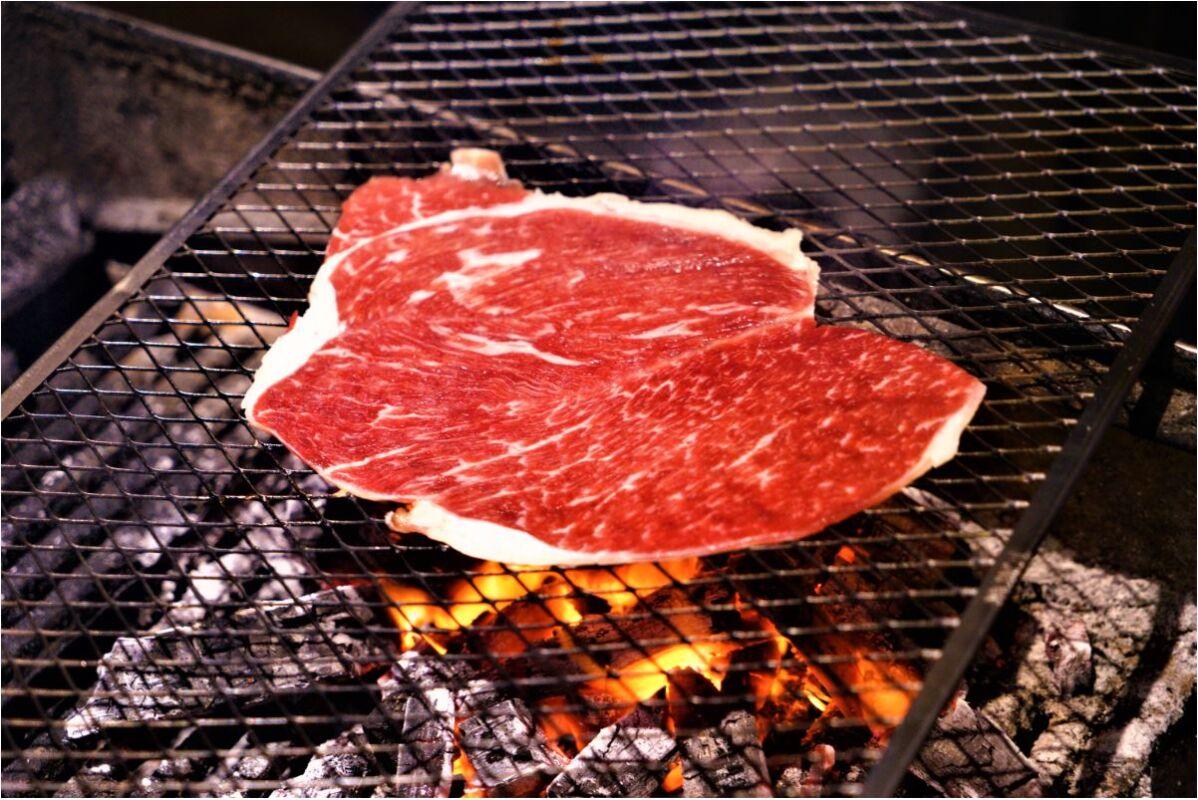 2020 11 22 220023 - 熱血採訪│吃宵夜了!營業到凌晨兩點的和牛滷肉飯,堅持使用炭火慢慢烤,深夜限定比臉大和牛片就在這